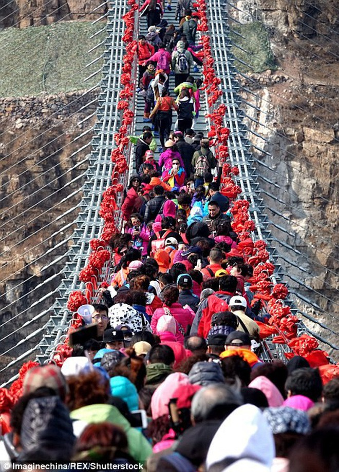 Cảnh tượng nhìn thôi đã bủn rủn chân tay: Cả trăm khách du lịch chen nhau trên cây cầu kính trong suốt dài nhất thế giới - Ảnh 3.