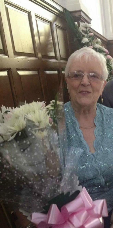 Chia sẻ ảnh lên Facebook, bà lão bất ngờ nhận được tin nhắn từ triệu phú máu mặt  - Ảnh 1.