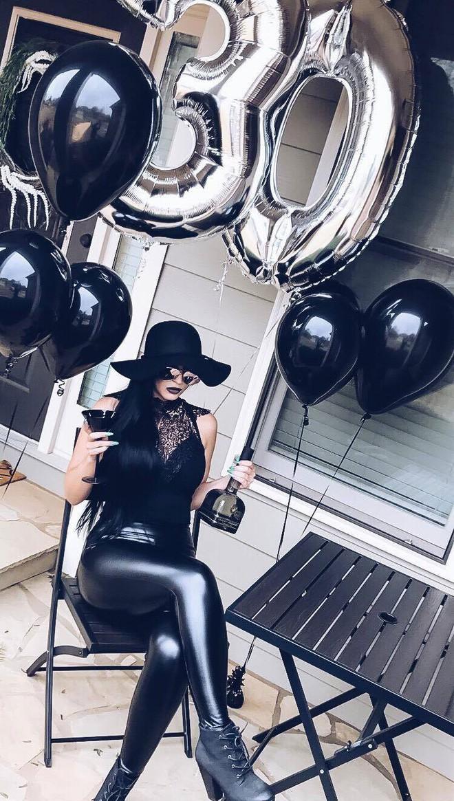 """Sinh nhật 30 của bạn thế nào? Người phụ nữ này thì tổ chức hẳn """"tang lễ"""" cho thời thanh xuân nhưng với ý nghĩa rất tích cực - Ảnh 1."""