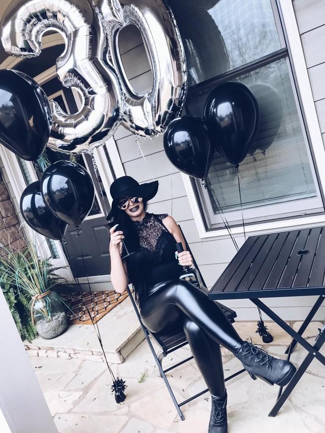 """Sinh nhật 30 của bạn thế nào? Người phụ nữ này thì tổ chức hẳn """"tang lễ"""" cho thời thanh xuân nhưng với ý nghĩa rất tích cực - Ảnh 2."""
