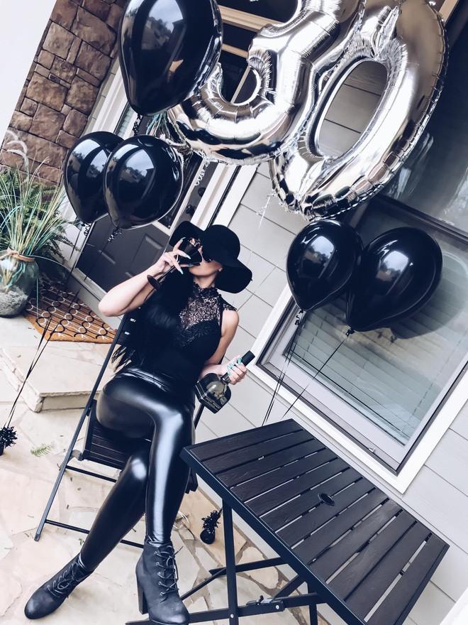"""Sinh nhật 30 của bạn thế nào? Người phụ nữ này thì tổ chức hẳn """"tang lễ"""" cho thời thanh xuân nhưng với ý nghĩa rất tích cực - Ảnh 3."""