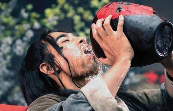 Sự thật về những chén rượu độc, bát thuốc đen ngòm trong phim Hoa ngữ - Ảnh 1.