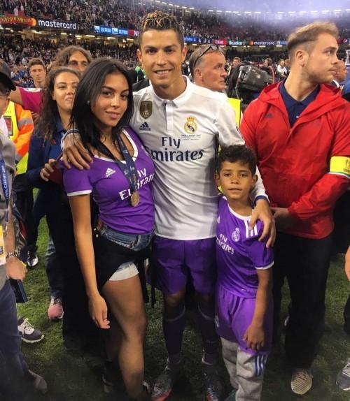 Vợ Messi và bạn gái Ronaldo, ai xinh hơn? - Ảnh 4.