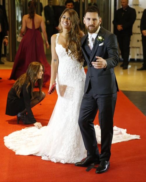 Vợ Messi và bạn gái Ronaldo, ai xinh hơn? - Ảnh 7.