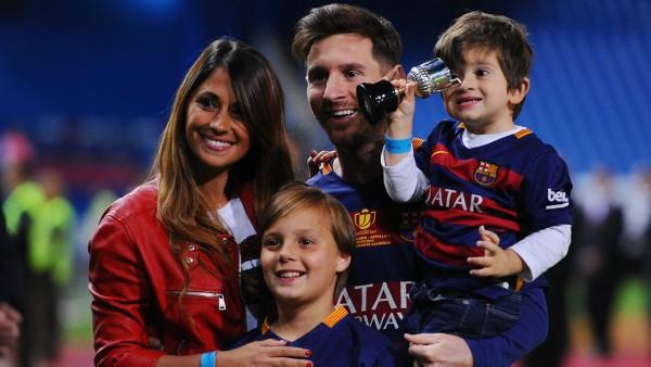 Vợ Messi và bạn gái Ronaldo, ai xinh hơn? - Ảnh 8.