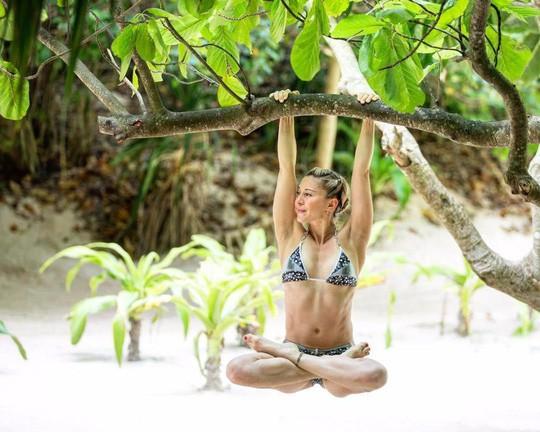 Cô giáo yoga xinh đẹp giúp sức Terry và đồng đội - Ảnh 1.