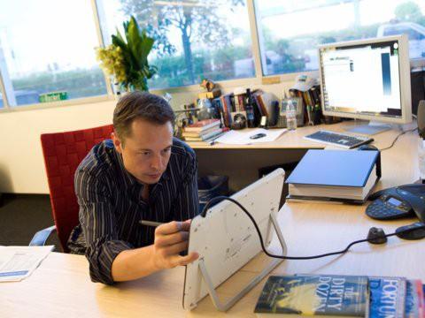 Hành trình kiếm tiền hơn 30 năm của Elon Musk: 12 tuổi tự học lập trình, không ngại lao động chân tay, build PC phục vụ sinh viên khác - Ảnh 1.
