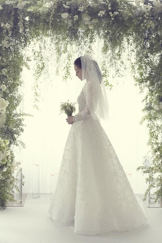 YG tung ảnh cưới hiếm hoi của đại mỹ nhân Choi Ji Woo: Cô dâu đẹp lộng lẫy, chú rể xuất hiện thoáng qua - Ảnh 1.