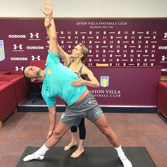 Cô giáo yoga xinh đẹp giúp sức Terry và đồng đội - Ảnh 4.