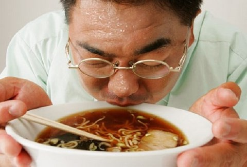 Xì xụp thức ăn quá nóng, ung thư thực quản gõ cửa - Ảnh 1.