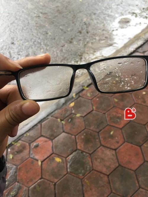 Chỉ những người đeo kính mới hiểu hết nỗi khổ của trời nồm - Ảnh 1.