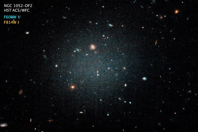 Phát hiện ra ngân hà gần như không có vật chất tối, giới thiên văn học đau đầu không hiểu tại sao - Ảnh 2.