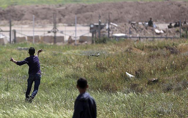 Dải Gaza: Xe tăng Israel bắn chết người Palestine, lính bắn tỉa IDF không ngừng nã đạn - Ảnh 2.