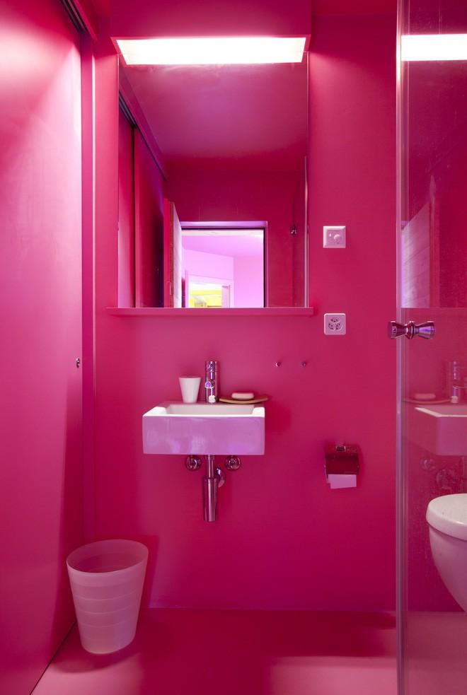 Bề ngoài thì mộc mạc nhưng bên trong của ngôi nhà là cả một thế giới màu sắc đến bất ngờ - Ảnh 13.