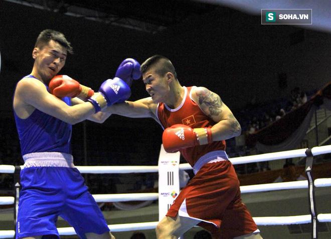 """Nhà vô địch boxing lý giải việc """"chấp 2 chân"""" để tỉ thí với Flores - Ảnh 1."""
