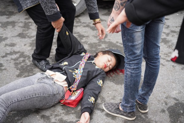 Cô gái ngất xỉu khi tiễn người yêu đi lính: 'Tôi suy sụp tinh thần, nhiều ngày không ăn uống' - Ảnh 1.