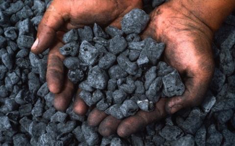 Chỉ việc đào than bán lấy tiền, 2 người đàn ông đã có 2 ngã rẽ khiến nhiều người suy ngẫm - Ảnh 1.