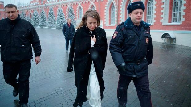Tuyên bố sẽ xin phép Kiev đến thăm Crimea, ứng viên tổng thống Nga bị chỉ trích dữ dội - Ảnh 1.