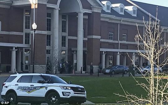 Mỹ: Khoe súng tại trường, 1 học sinh thiệt mạng - Ảnh 3.