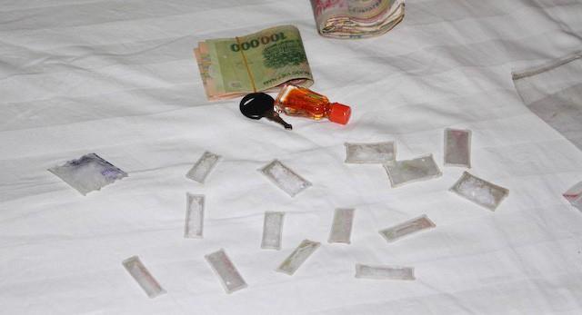 Bắt quả tang 5 đối tượng đang giao dịch ma túy trong khách sạn Tô Châu ở Cần Thơ - Ảnh 1.