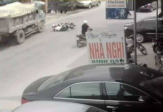 Chủ xe lên tiếng về cú bẻ lái cứu mạng 2 nữ sinh: Tài xế xử lý quá kém - Ảnh 1.