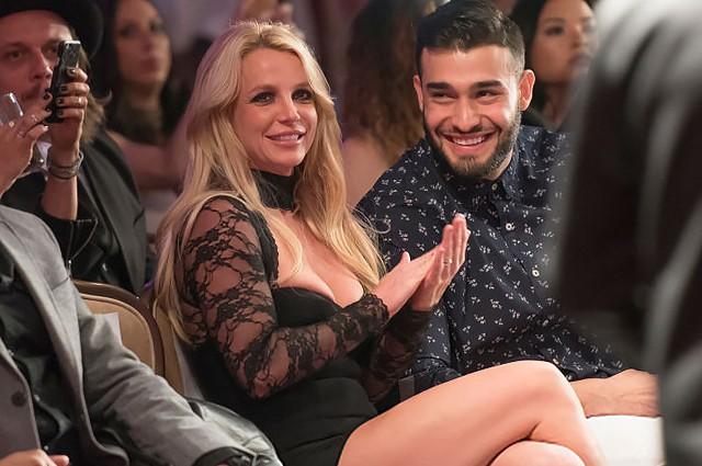 Britney Spears vừa nhảy sexy vừa ôm hôn tình trẻ kém 13 tuổi - Ảnh 4.