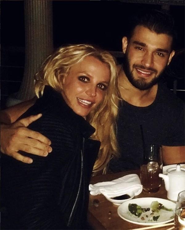 Britney Spears vừa nhảy sexy vừa ôm hôn tình trẻ kém 13 tuổi - Ảnh 6.