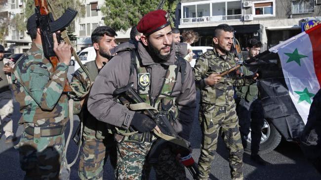 Hàng trăm người Syria xuống đường ăn mừng chiến thắng sau khi đánh chặn tên lửa Mỹ - Ảnh 1.