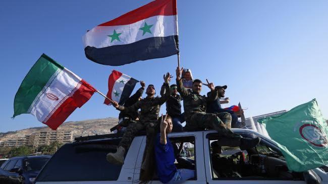 Hàng trăm người Syria xuống đường ăn mừng chiến thắng sau khi đánh chặn tên lửa Mỹ - Ảnh 2.