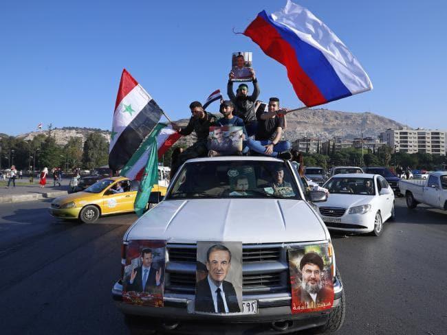 Hàng trăm người Syria xuống đường ăn mừng chiến thắng sau khi đánh chặn tên lửa Mỹ - Ảnh 3.
