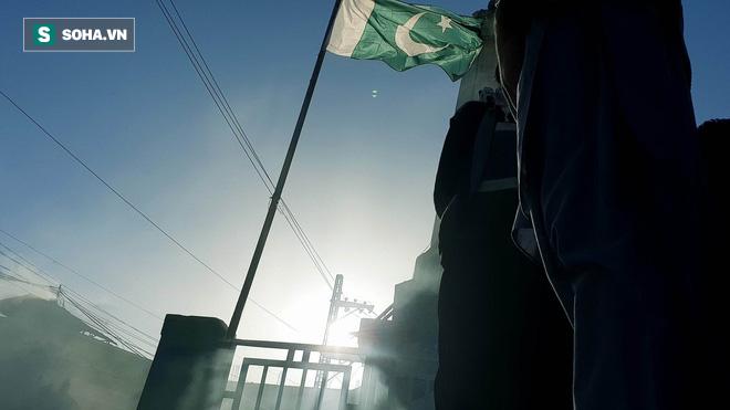 [Từ Pakistan]  - Chùm ảnh người dân xuống đường biểu tình phản đối Mỹ tấn công Syria - Ảnh 1.