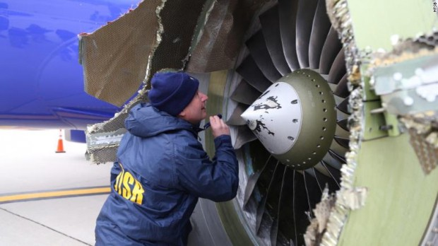 Động cơ máy bay nổ tung giữa trời, hành khách bị hút ra ngoài - Ảnh 2.