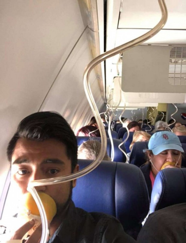 Động cơ máy bay nổ tung giữa trời, hành khách bị hút ra ngoài - Ảnh 3.