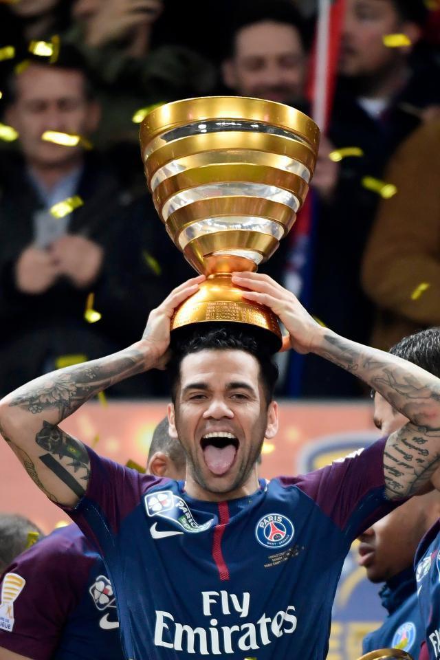 Cựu sao Barca trở thành cầu thủ thành công nhất lịch sử túc cầu - Ảnh 1.