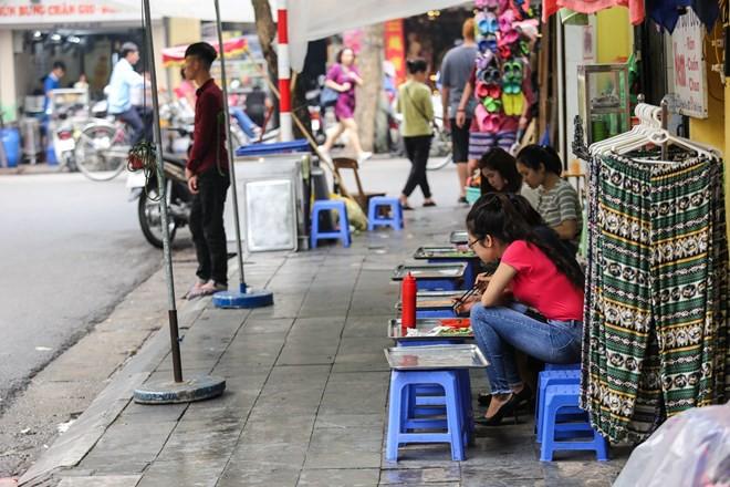 Nhìn lại vỉa hè Hà Nội một năm sau chiến dịch chống lấn chiếm - Ảnh 11.