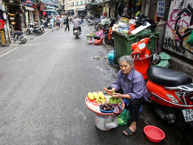 Nhìn lại vỉa hè Hà Nội một năm sau chiến dịch chống lấn chiếm - Ảnh 3.