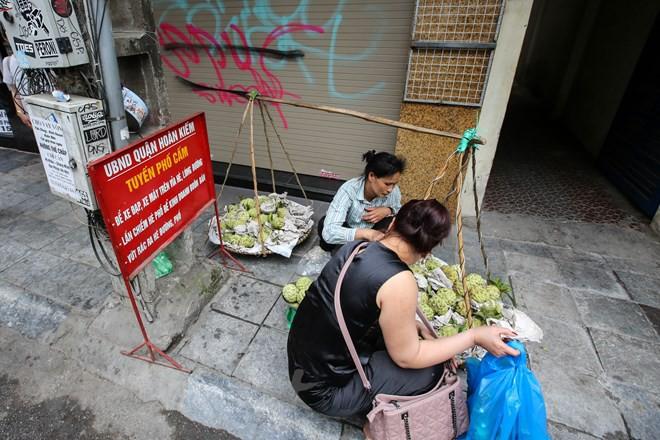 Nhìn lại vỉa hè Hà Nội một năm sau chiến dịch chống lấn chiếm - Ảnh 4.