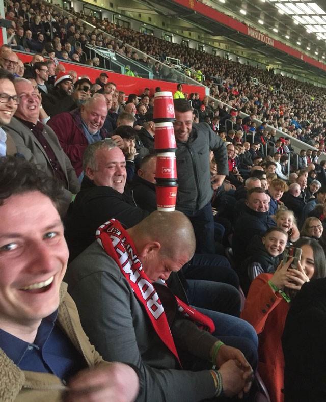 Xem đội nhà thi đấu, fan Man United ngủ quên trên khán đài - Ảnh 1.