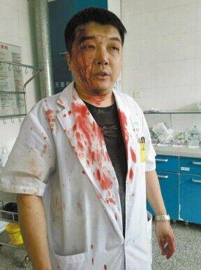 Bạo hành y tế ở TQ: Đẩy y tá ra sàn nhà, đánh bác sĩ thủng màng nhĩ - Ảnh 2.