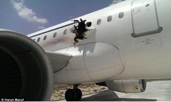 Những vụ tai nạn hy hữu khi hành khách bị hút khỏi máy bay ở độ cao hàng nghìn mét - Ảnh 6.