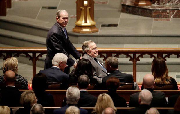 Người Mỹ bàn tán về nụ cười của bà Melania với ông Obama tại lễ tang cựu đệ nhất phu nhân Barbara Bush - Ảnh 2.