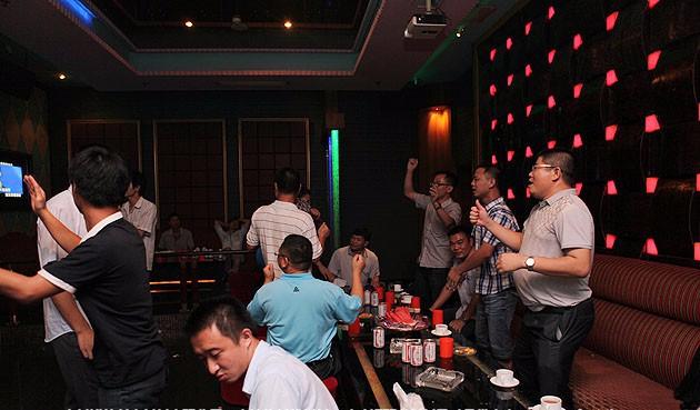 Nếu nhỡ phát hiện hóa đơn karaoke có kèm chi phí nghi là 2 em tay vịn trong túi chồng, chị em tính xử lý sao?  - Ảnh 3.