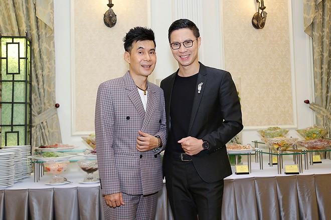 Minh Luân tình tứ sửa váy cho Hoa hậu Hồng Tươi - Ảnh 4.