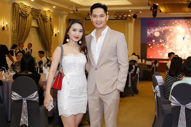 Minh Luân tình tứ sửa váy cho Hoa hậu Hồng Tươi - Ảnh 3.