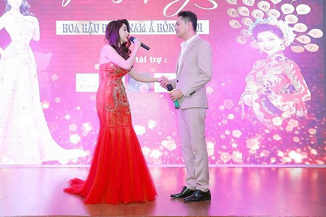 Minh Luân tình tứ sửa váy cho Hoa hậu Hồng Tươi - Ảnh 1.