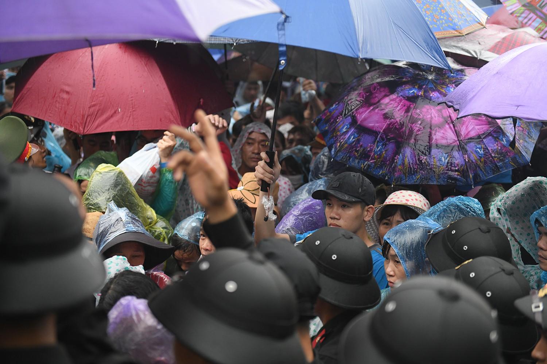 Mặc trời mưa lớn, hàng triệu người chen chân nhau lên lễ Tổ