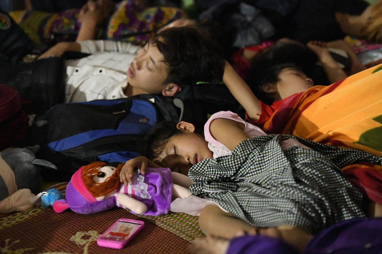 Trẻ nhỏ nằm chồng chéo lên nhau giữa trời mưa gió chờ lễ dâng hương đền Hùng