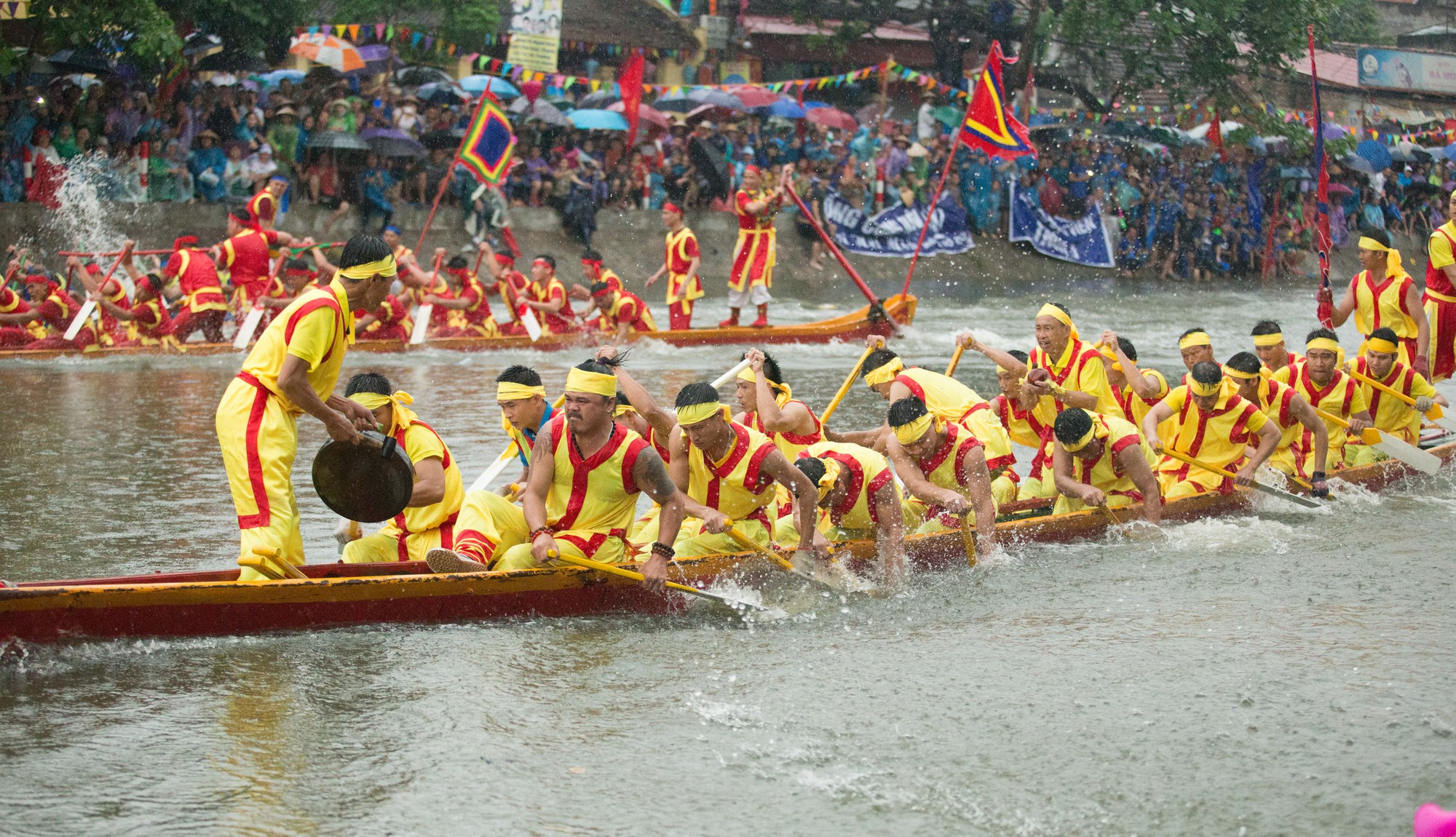 Ngàn người kéo nhau đi xem thủy chiến Hội bơi Đăm, Tây Tựu