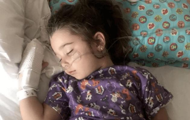 Hít phải nước bể bơi, bé gái 4 tuổi suýt mất mạng vì đuối nước trên cạn - Ảnh 1.