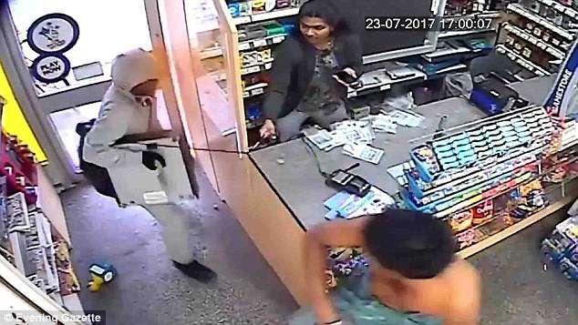 Clip: Cầm dao vào cửa hàng đe dọa, tên cướp gặp họa vì chủ cửa hàng quá cứng rắn - Ảnh 2.